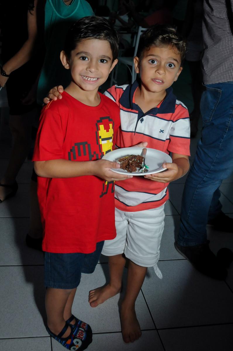 final da festa e a entrega do primeiro pedaço de bolo ao amigo no Buffet Paparicos, festa infantil, tema da mesa dinossauros, guilherme 5 anos