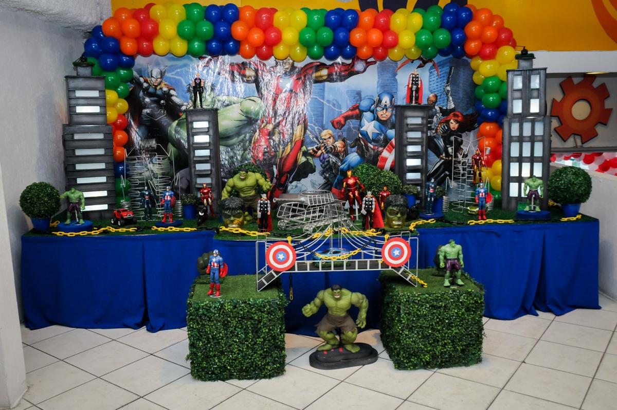 mesa da festa infantil,aniversário de eduardo 5 ano, buffet fábrica da alegria,osasco,sp,tema da mesa os vingadores