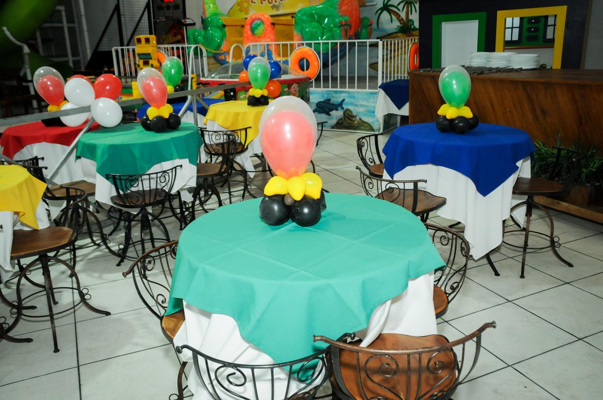 mesas decoradas com bexigas na festa infantil,aniversário de eduardo 5 ano, buffet fábrica da alegria,osasco,sp,tema da mesa os vingadores