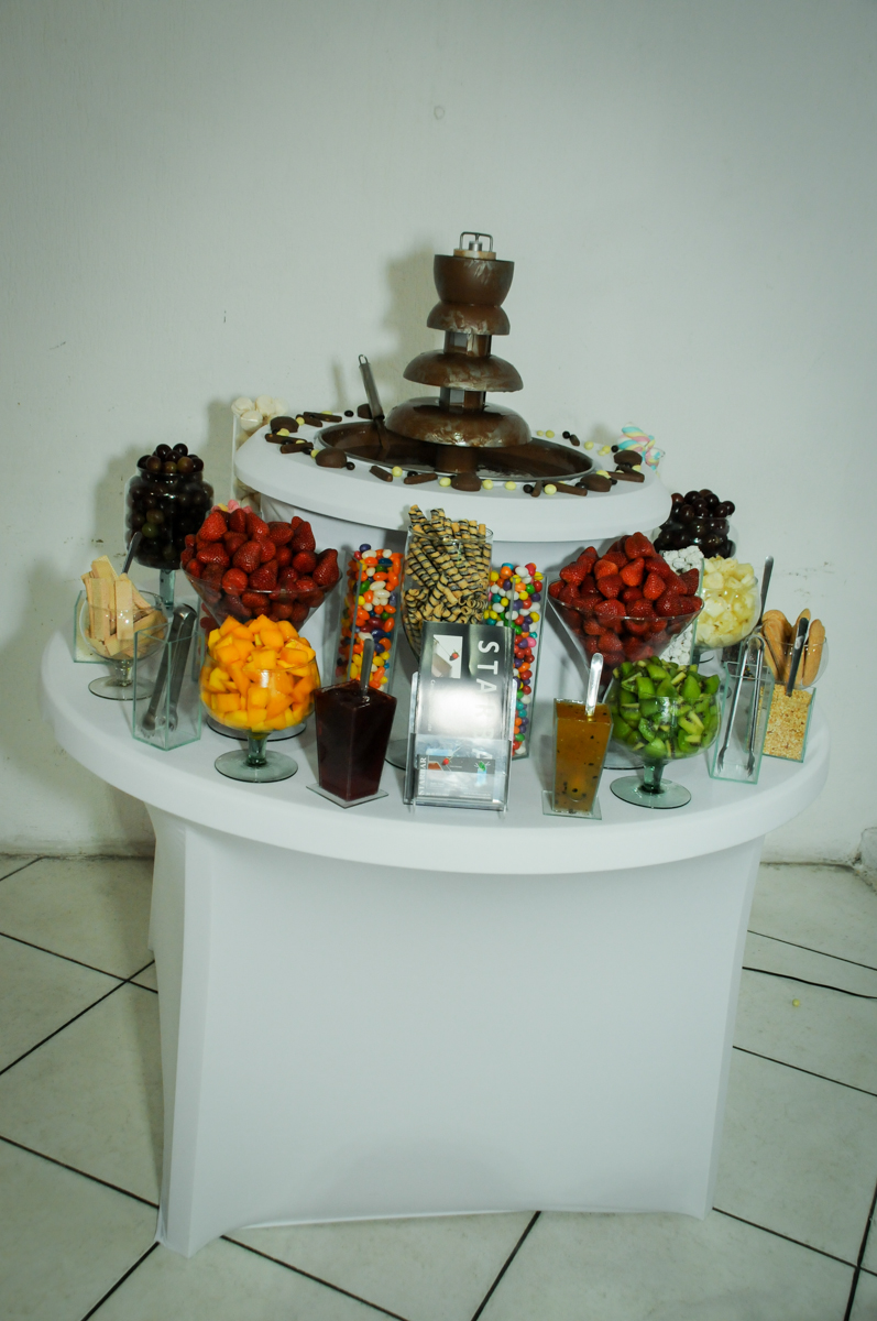 mesa de frutas na festa infantil,aniversário de eduardo 5 ano, buffet fábrica da alegria,osasco,sp,tema da mesa os vingadores