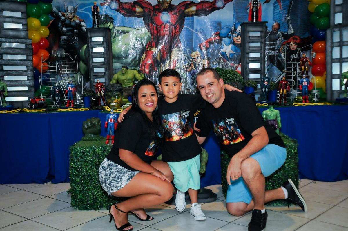 foto da família na festa infantil,aniversário de eduardo 5 ano, buffet fábrica da alegria,osasco,sp,tema da mesa os vingadores