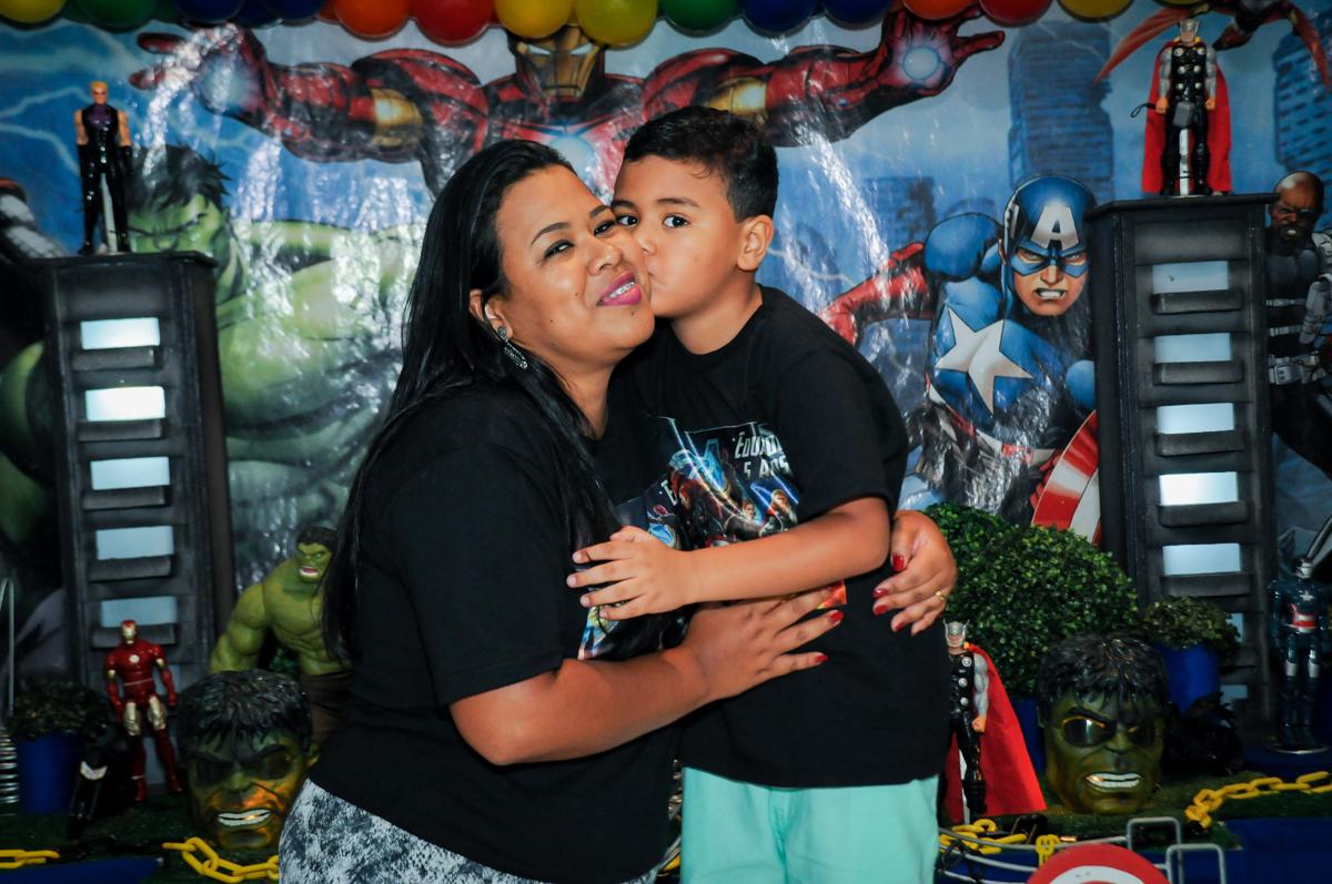 o aniversariante ganha beijinho da mamãe na festa infantil,aniversário de eduardo 5 ano, buffet fábrica da alegria,osasco,sp,tema da mesa os vingadores