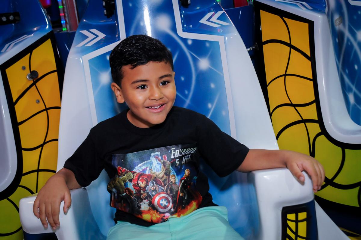 o aniversariante se diverte no brinquedo elevador na festa infantil,aniversário de eduardo 5 ano, buffet fábrica da alegria,osasco,sp,tema da mesa os vingadores