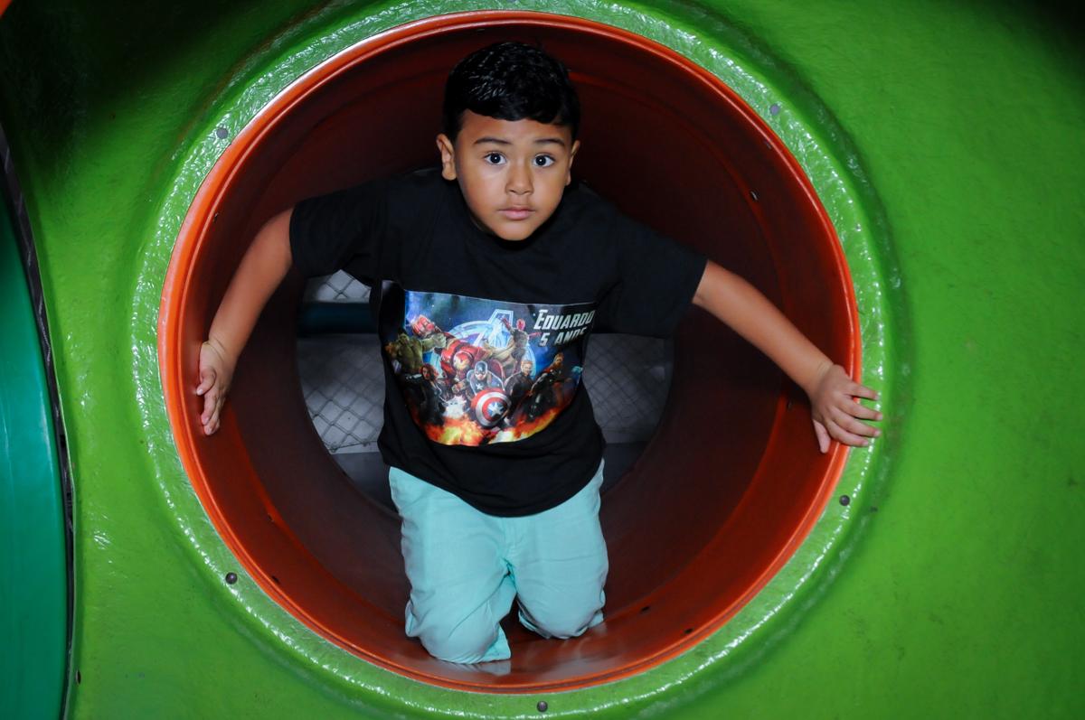 pose para foto no túnel do escorregador na festa infantil,aniversário de eduardo 5 ano, buffet fábrica da alegria,osasco,sp,tema da mesa os vingadores