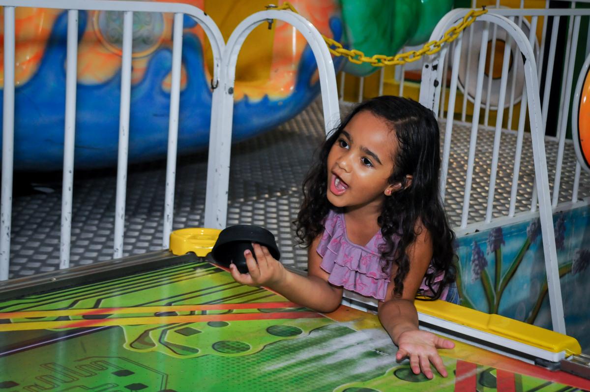 menina também brinca no futebol de mesa na festa infantil,aniversário de eduardo 5 ano, buffet fábrica da alegria,osasco,sp,tema da mesa os vingadores