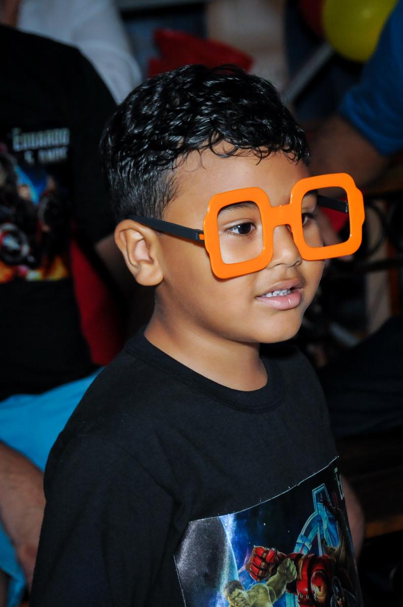 o aniversariante usando óculos na balada na festa infantil,aniversário de eduardo 5 ano, buffet fábrica da alegria,osasco,sp,tema da mesa os vingadores