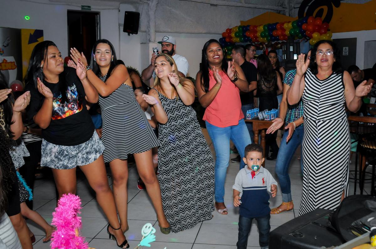 os adultos também curtem a balada na festa infantil,aniversário de eduardo 5 ano, buffet fábrica da alegria,osasco,sp,tema da mesa os vingadores