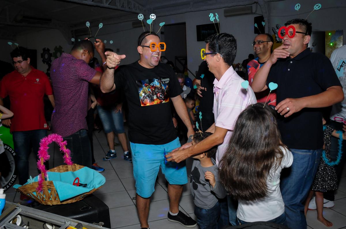 o papai também participa da balada na festa infantil,aniversário de eduardo 5 ano, buffet fábrica da alegria,osasco,sp,tema da mesa os vingadores