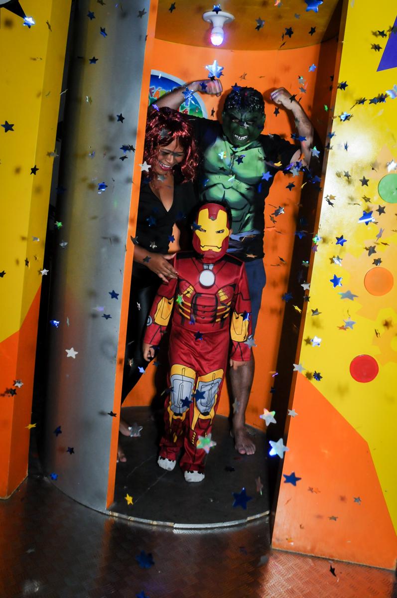 saída da máquina do parabéns na festa infantil,aniversário de eduardo 5 ano, buffet fábrica da alegria,osasco,sp,tema da mesa os vingadores