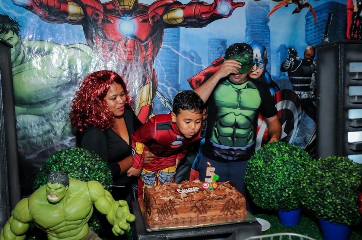 soprando a velinha do bolo na festa infantil,aniversário de eduardo 5 ano, buffet fábrica da alegria,osasco,sp,tema da mesa os vingadores