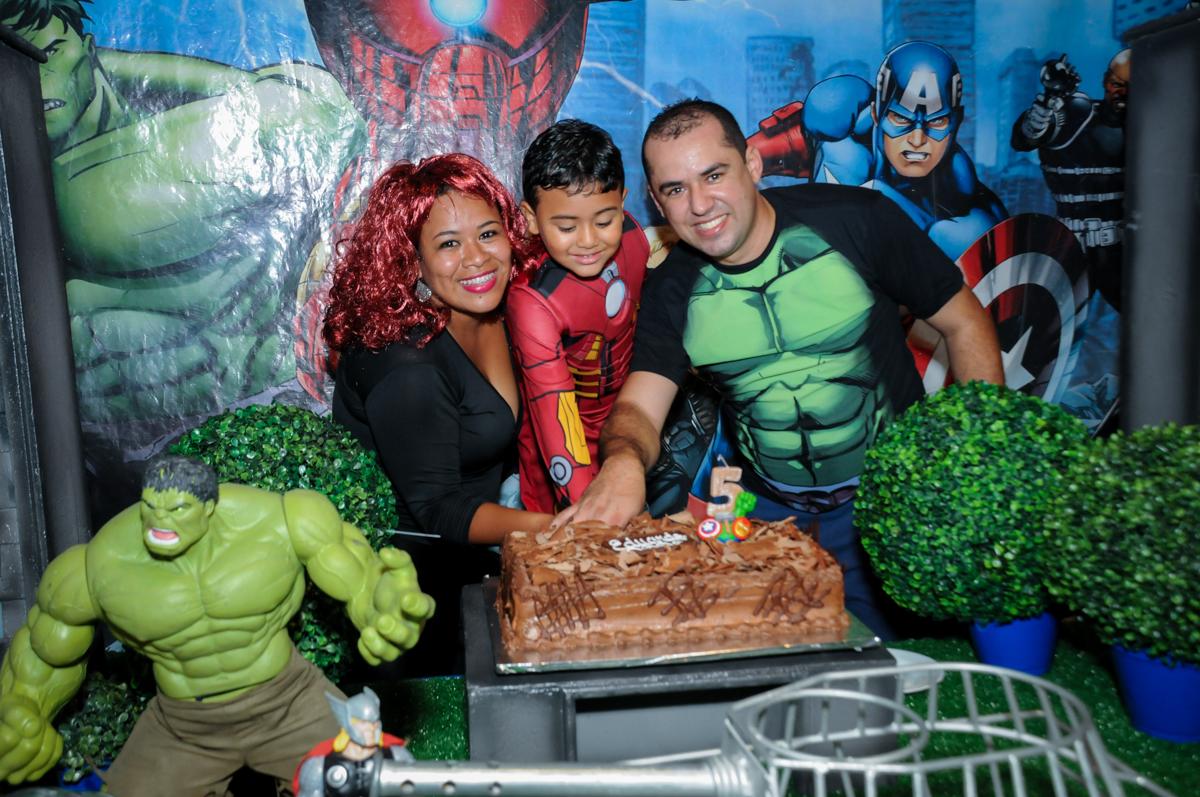 chegou a hora de cortar o primeiro pedaço do bolo na festa infantil,aniversário de eduardo 5 ano, buffet fábrica da alegria,osasco,sp,tema da mesa os vingadores