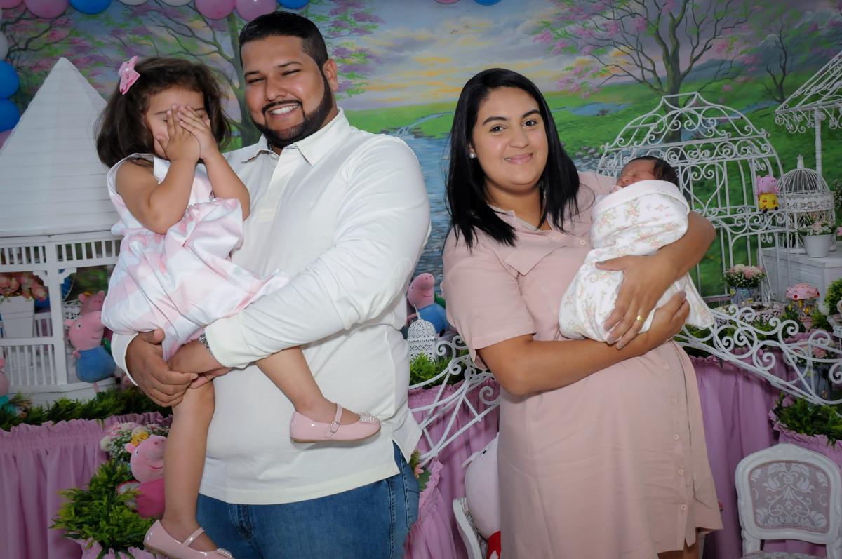 foto da familia em frente a mesa decorada Buffet Fantastic World, Morumbi, SP, festa de aniversario de Isabela 2 anos, tema da festa Pepa Pig