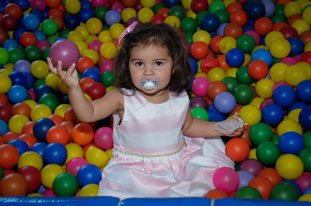 aniversariante se diverte na piscina de bolinha no Buffet Fantastic World, Morumbi, SP, festa de aniversario de Isabela 2 anos, tema da festa Pepa Pig
