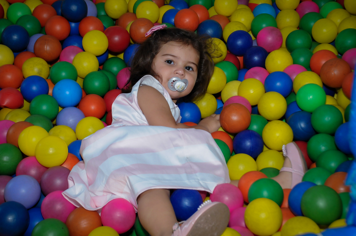 bagunca na piscina de bolinha no Buffet Fantastic World, Morumbi, SP, festa de aniversario de Isabela 2 anos, tema da festa Pepa Pig