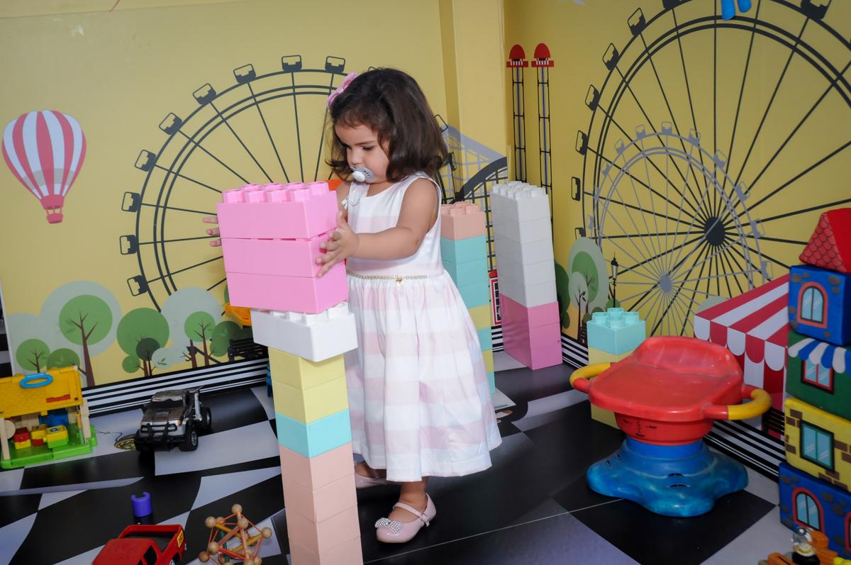 montando pecas no Buffet Fantastic World, Morumbi, SP, festa de aniversario de Isabela 2 anos, tema da festa Pepa Pig