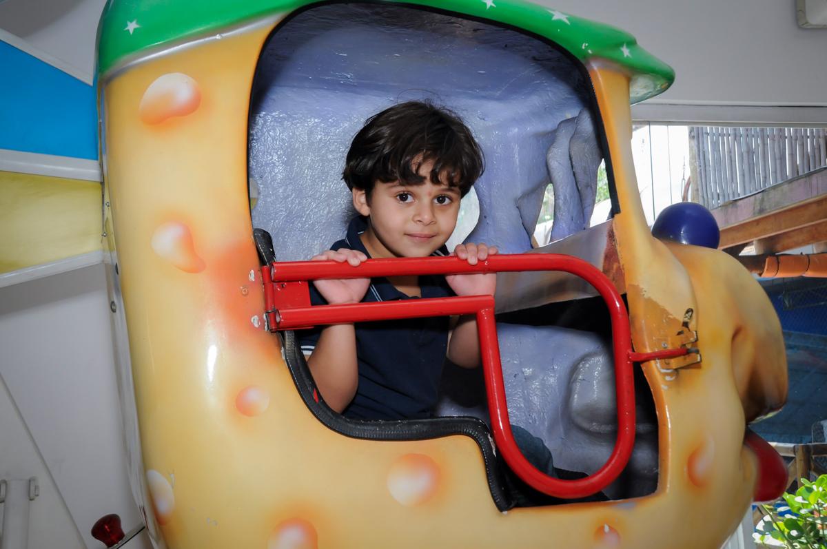 alegria da criancada no carrossel no Buffet Fantastic World, Morumbi, SP, festa de aniversario de Isabela 2 anos, tema da festa Pepa Pig