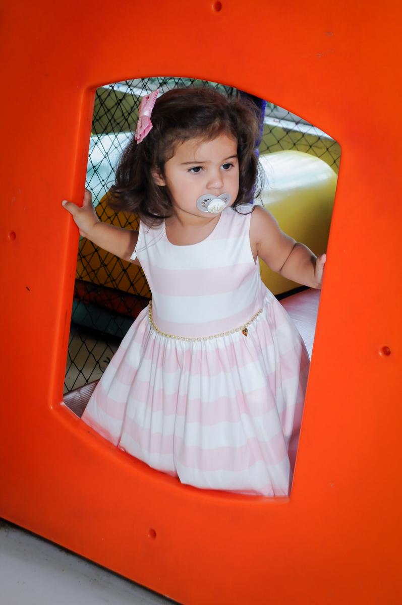 A brincadeira continua no brinquedao no Buffet Fantastic World, Morumbi, SP, festa de aniversario de Isabela 2 anos, tema da festa Pepa Pig