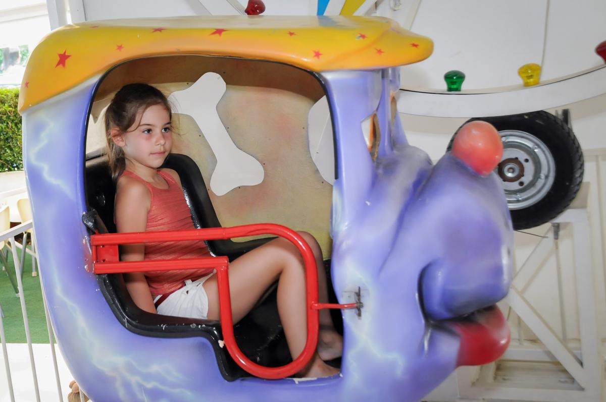 carrossel concorrido no Buffet Fantastic World, Morumbi, SP, festa de aniversario de Isabela 2 anos, tema da festa Pepa Pig