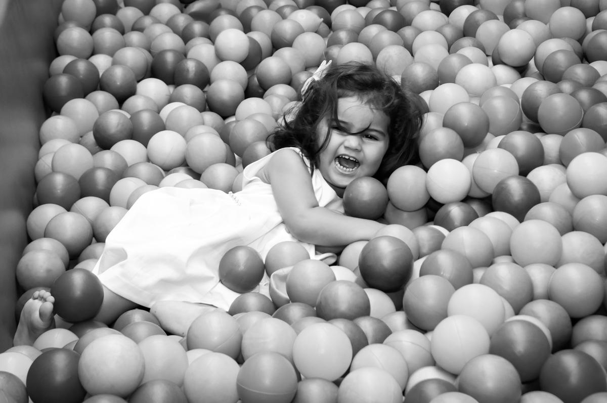 brincando na piscina de bolinha no Buffet Fantastic World, Morumbi, SP, festa de aniversario de Isabela 2 anos, tema da festa Pepa Pig