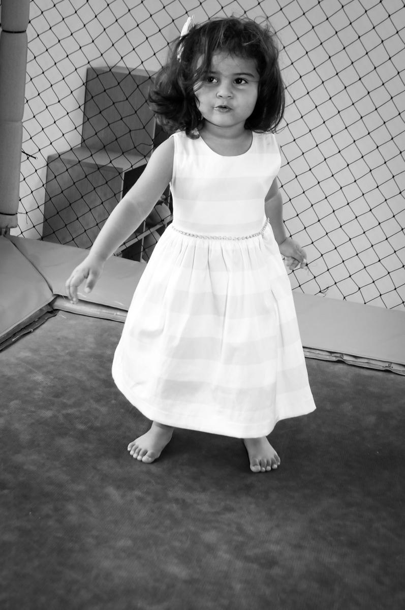 A aniversariante brinca agora no pula pula no Buffet Fantastic World, Morumbi, SP, festa de aniversario de Isabela 2 anos, tema da festa Pepa Pig