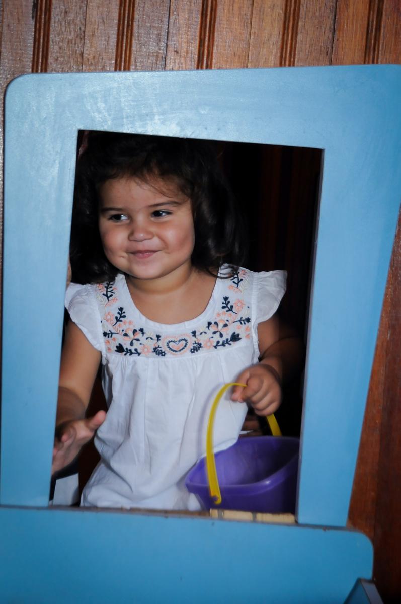 aniversariante faz foto na janela da casinha de boneca no Buffet Fantastic World, Morumbi, SP, festa de aniversario de Isabela 2 anos, tema da festa Pepa Pig