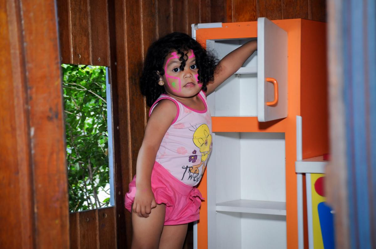 amiguinha tambem brinca na casinha de boneca no Buffet Fantastic World, Morumbi, SP, festa de aniversario de Isabela 2 anos, tema da festa Pepa Pig