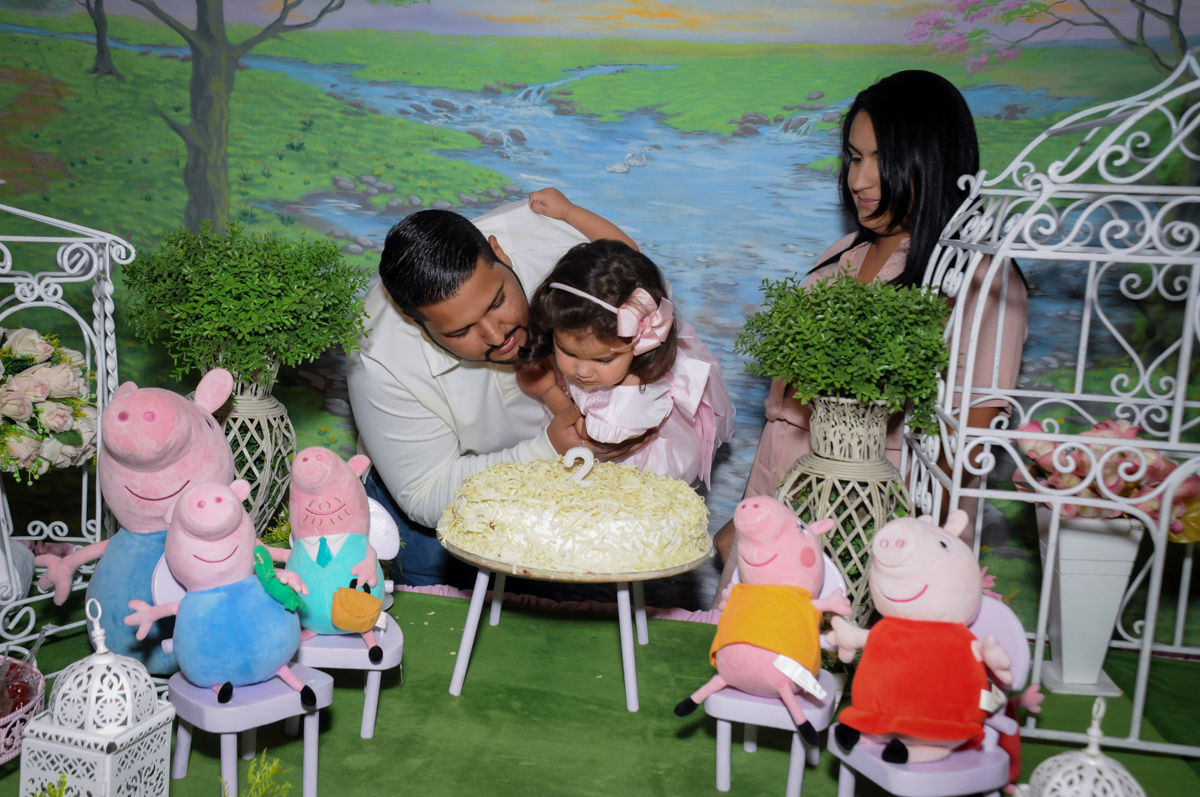 soprando a velinha do bolo no Buffet Fantastic World, Morumbi, SP, festa de aniversario de Isabela 2 anos, tema da festa Pepa Pig