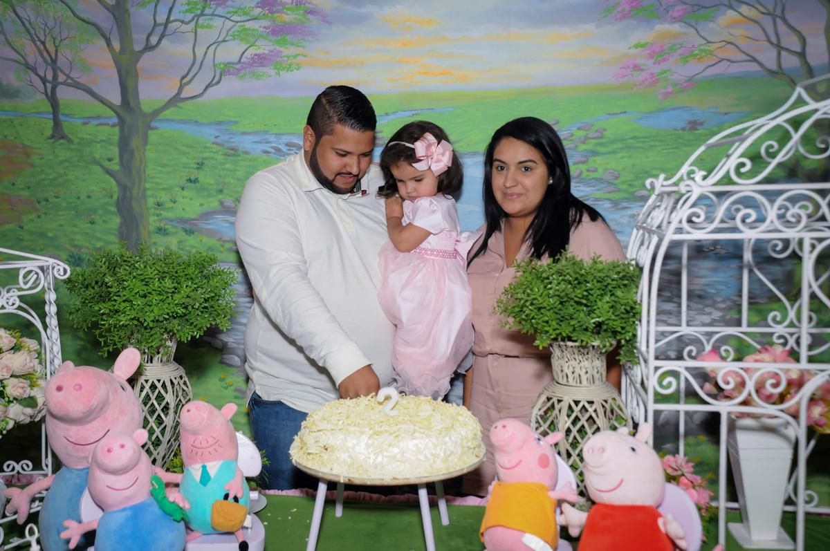 cortando o primeiro pedaco de bolo no Buffet Fantastic World, Morumbi, SP, festa de aniversario de Isabela 2 anos, tema da festa Pepa Pig