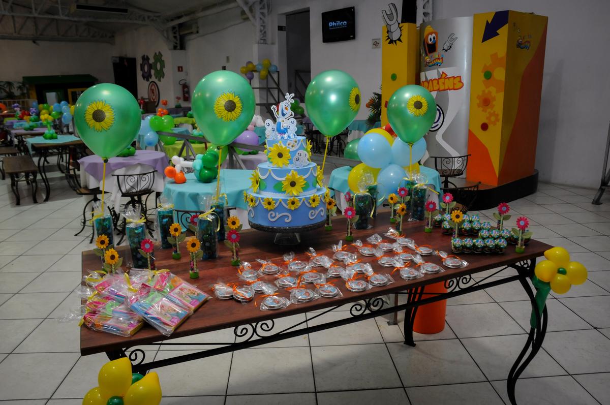 mesa de doces no Buffet Fabrica da Alegria, Osaco, SP aniversario infantil, Natalia 4 anos tema da festa frozen