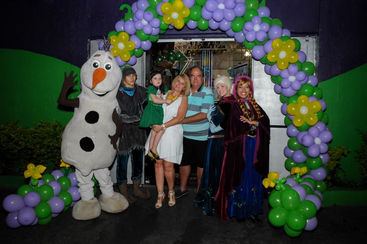 foto da familia embaixo do arco de bexigas no Buffet Fabrica da Alegria, Osaco, SP aniversario infantil, Natalia 4 anos, tema da festa Frozen
