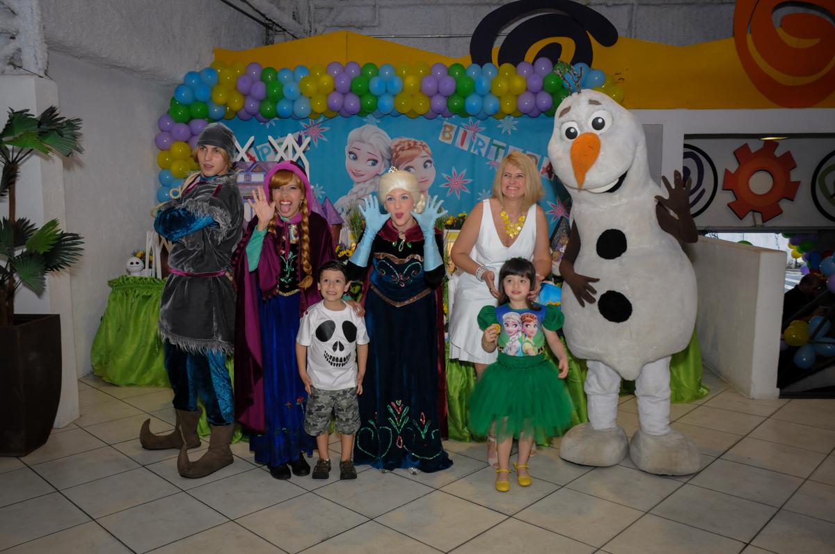 fotografia da familia em frente a mesa decorada no Buffet Fabrica da Alegria, Osaco, SP aniversario infantil, Natalia 4 anos, tema da festa Frozen