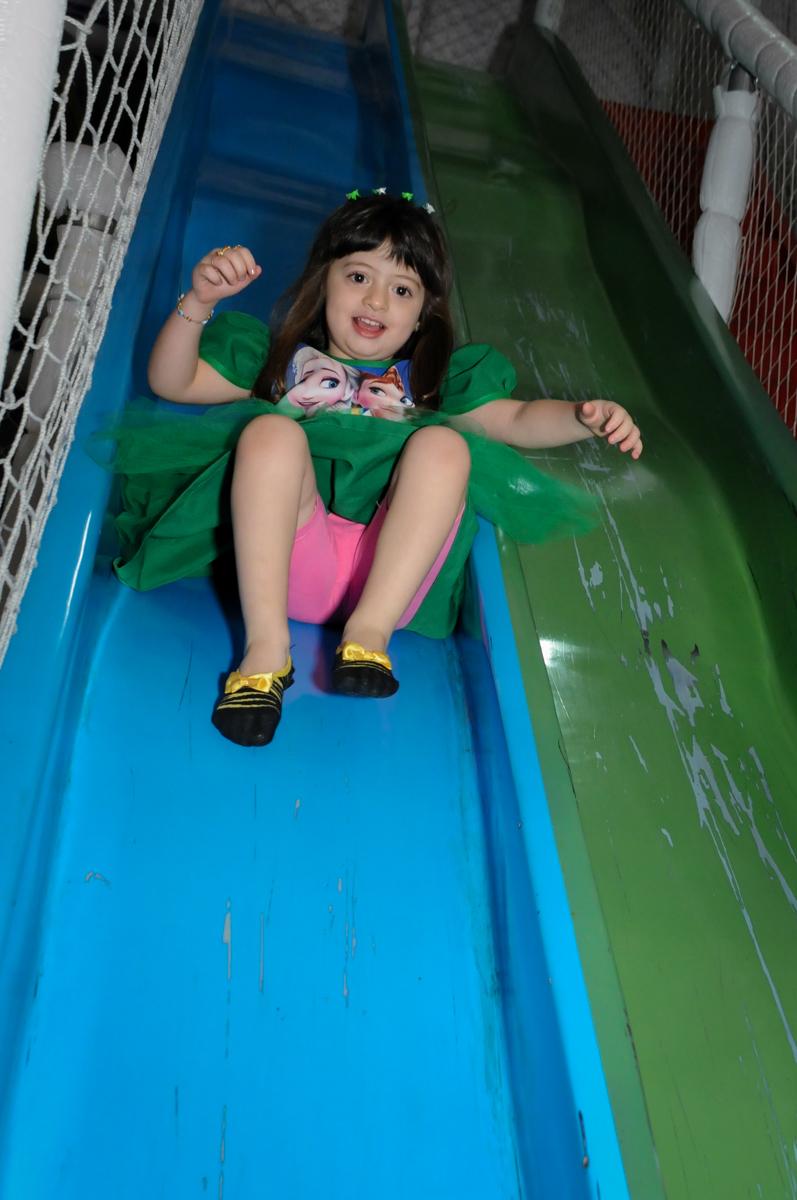 aniversariante brinca no escorregador do brinquedao no Buffet Fabrica da Alegria, Osaco, SP aniversario infantil, Natalia 4 anos, tema da festa Frozen