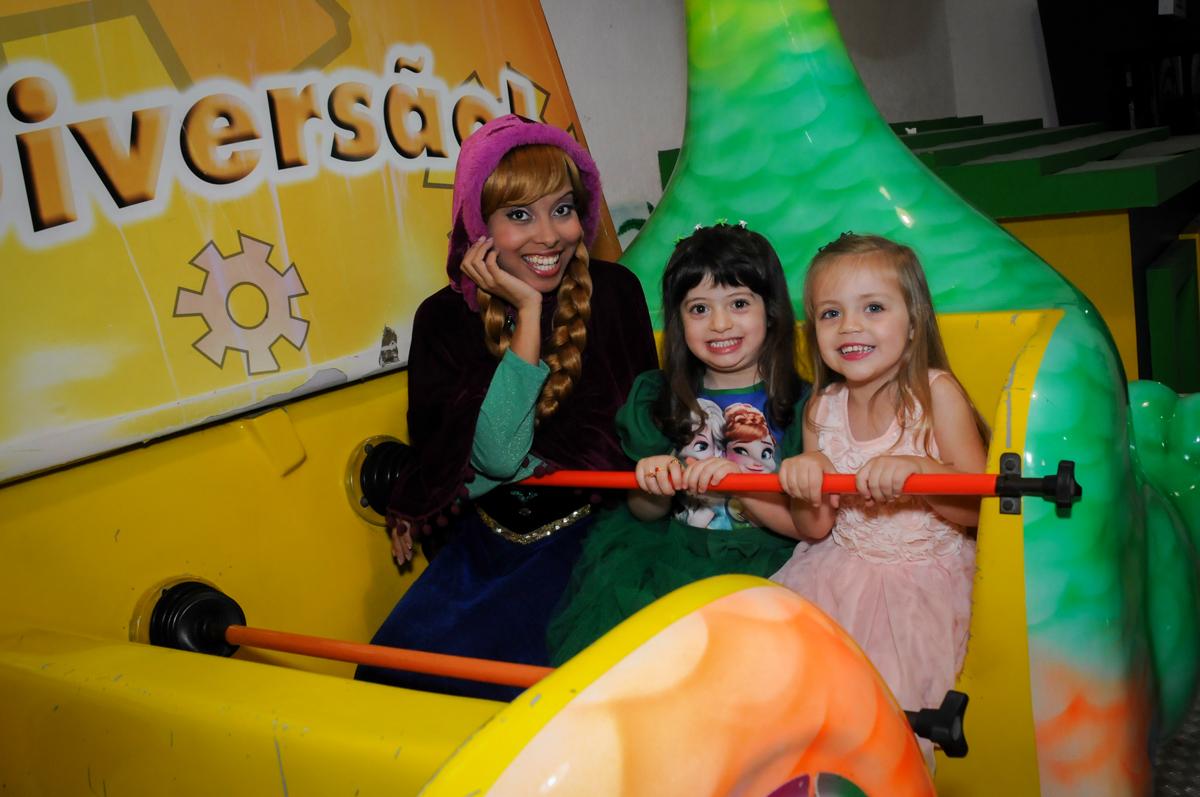 bagunaca das criancas com a ana no barco vick no Buffet Fabrica da Alegria, Osaco, SP aniversario infantil, Natalia 4 anos, tema da festa Frozen