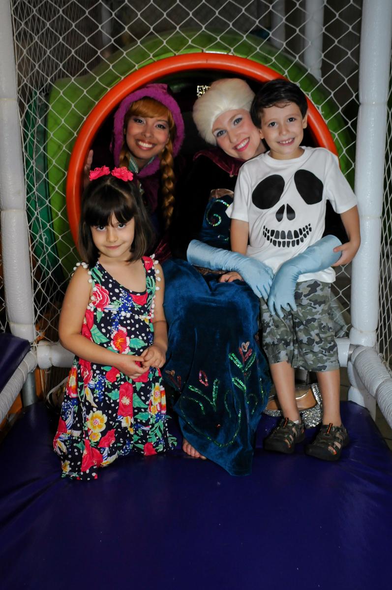 foto dos amiguinhos da aniversariante no tunel do brinquedao no Buffet Fabrica da Alegria, Osaco, SP aniversario infantil, Natalia 4 anos, tema da festa Frozen