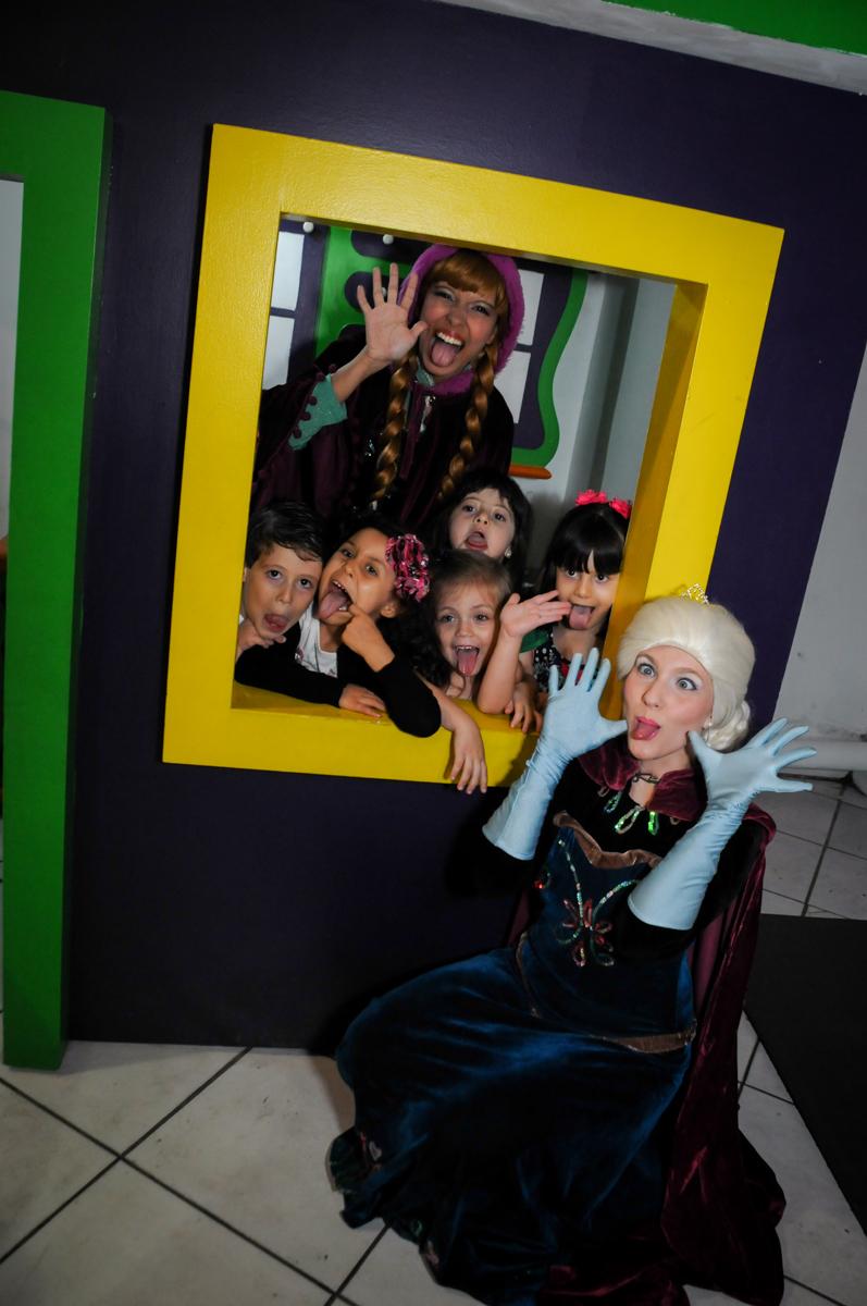 foto da elsa e ana com as amiguinhas na janela da casinha no Buffet Fabrica da Alegria, Osaco, SP aniversario infantil, Natalia 4 anos, tema da festa Frozen
