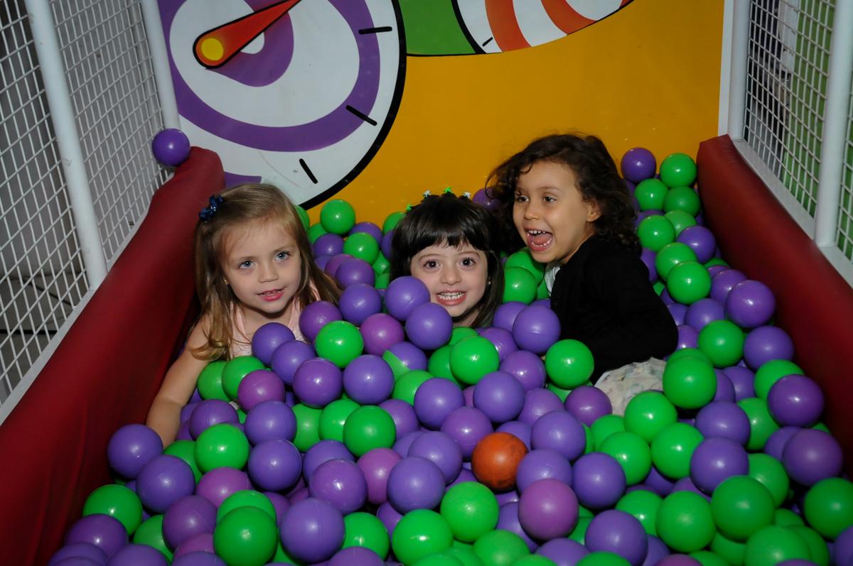 muita bagunca na piscina de bolinha no Buffet Fabrica da Alegria, Osaco, SP aniversario infantil, Natalia 4 anos, tema da festa Frozen