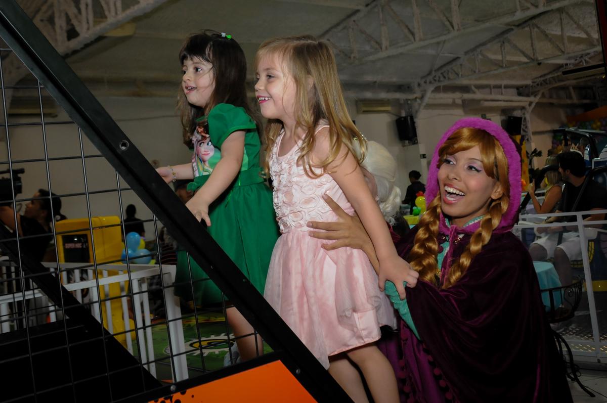 as criancas brincam no jogo de basquete no Buffet Fabrica da Alegria, Osaco, SP aniversario infantil, Natalia 4 anos, tema da festa Frozen