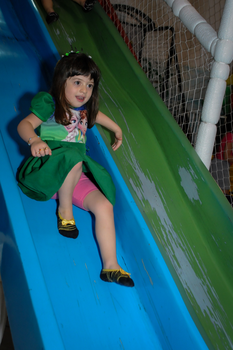 no escorregador do brinquedao no Buffet Fabrica da Alegria, Osaco, SP aniversario infantil, Natalia 4 anos, tema da festa Frozen