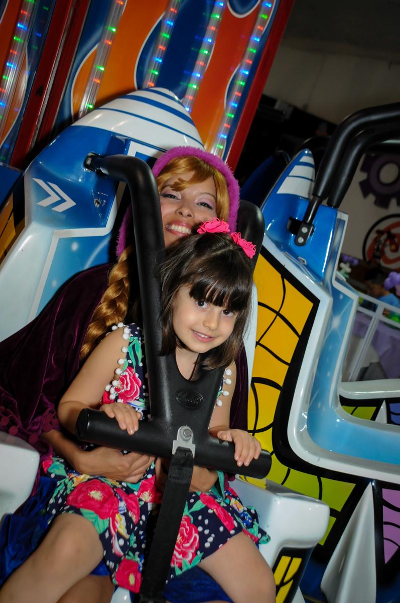 brincadeiras no brinquedo elevador no Buffet Fabrica da Alegria, Osaco, SP aniversario infantil, Natalia 4 anos, tema da festa Frozen