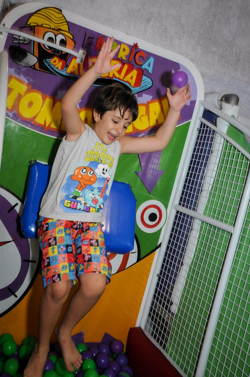 quem consegue derrubar o amigo no tombo legal no Buffet Fabrica da Alegria, Osaco, SP aniversario infantil, Natalia 4 anos, tema da festa Frozen