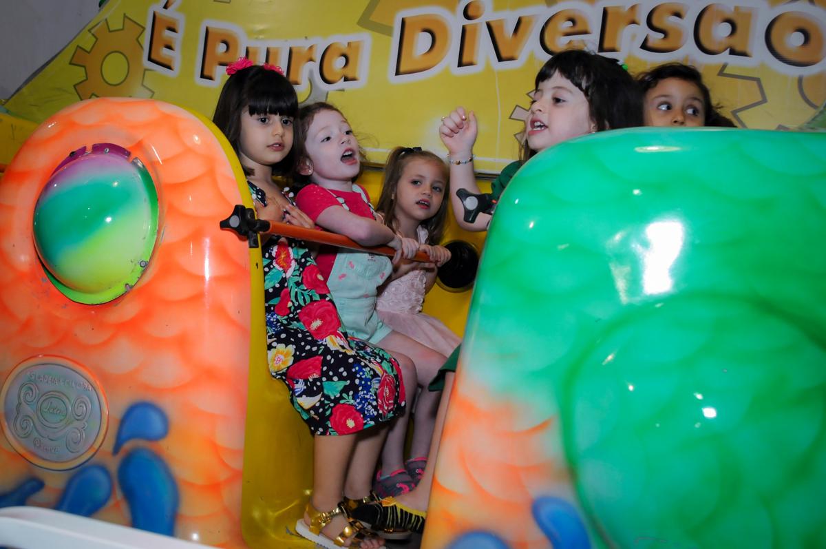a brincadeira continua no barco e vick no Buffet Fabrica da Alegria, Osaco, SP aniversario infantil, Natalia 4 anos, tema da festa Frozen