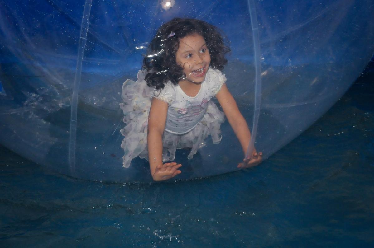 brincadeira na bola no Buffet Fabrica da Alegria, Osaco, SP aniversario infantil, Natalia 4 anos, tema da festa Frozen