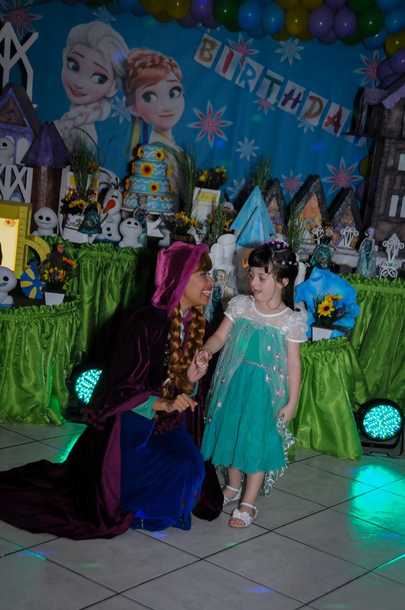 a aniversariante participa do show da frozen no Buffet Fabrica da Alegria, Osaco, SP aniversario infantil, Natalia 4 anos, tema da festa Frozen