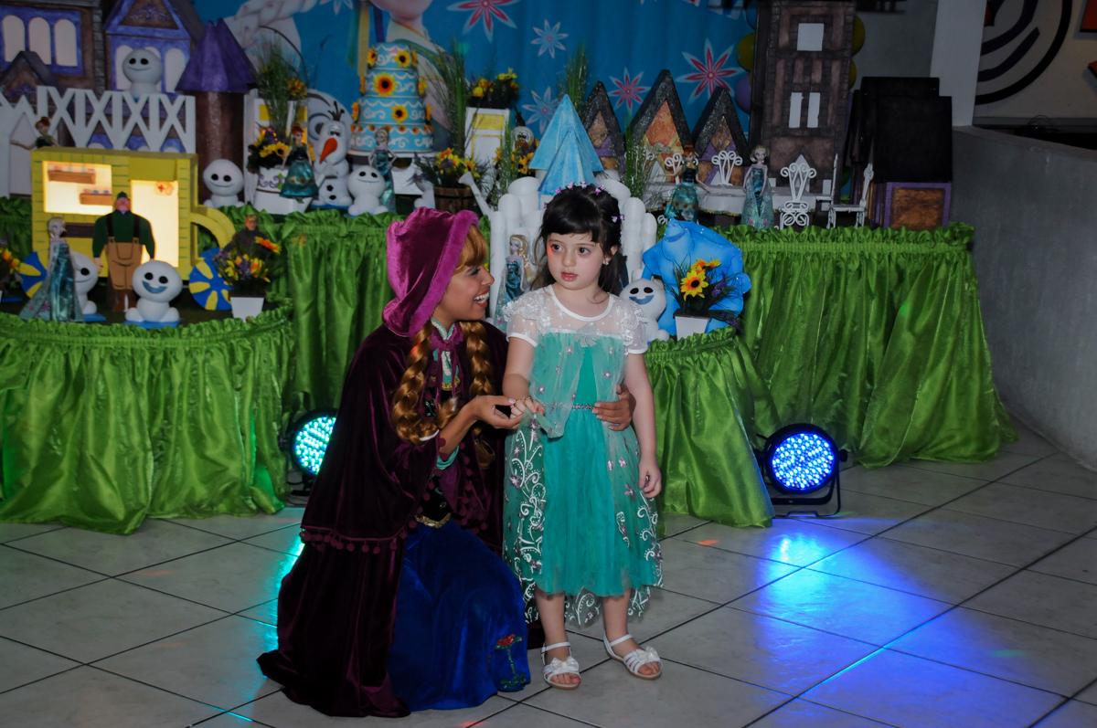 aniversariante canta com a ana no show da frozen no Buffet Fabrica da Alegria, Osaco, SP aniversario infantil, Natalia 4 anos, tema da festa Frozen