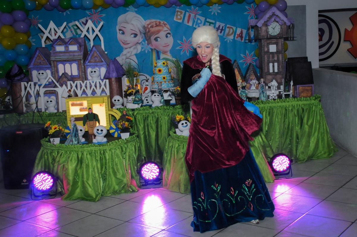 As criancas gostam muito do show no Buffet Fabrica da Alegria, Osaco, SP aniversario infantil, Natalia 4 anos, tema da festa Frozen