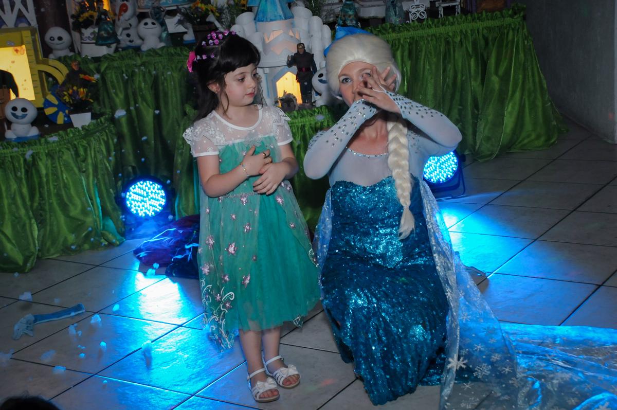 aniversariante canta com a elsa no show da frozen no Buffet Fabrica da Alegria, Osaco, SP aniversario infantil, Natalia 4 anos, tema da festa Frozen