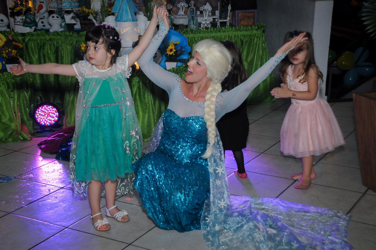 final do show da frozen no Buffet Fabrica da Alegria, Osaco, SP aniversario infantil, Natalia 4 anos, tema da festa Frozen