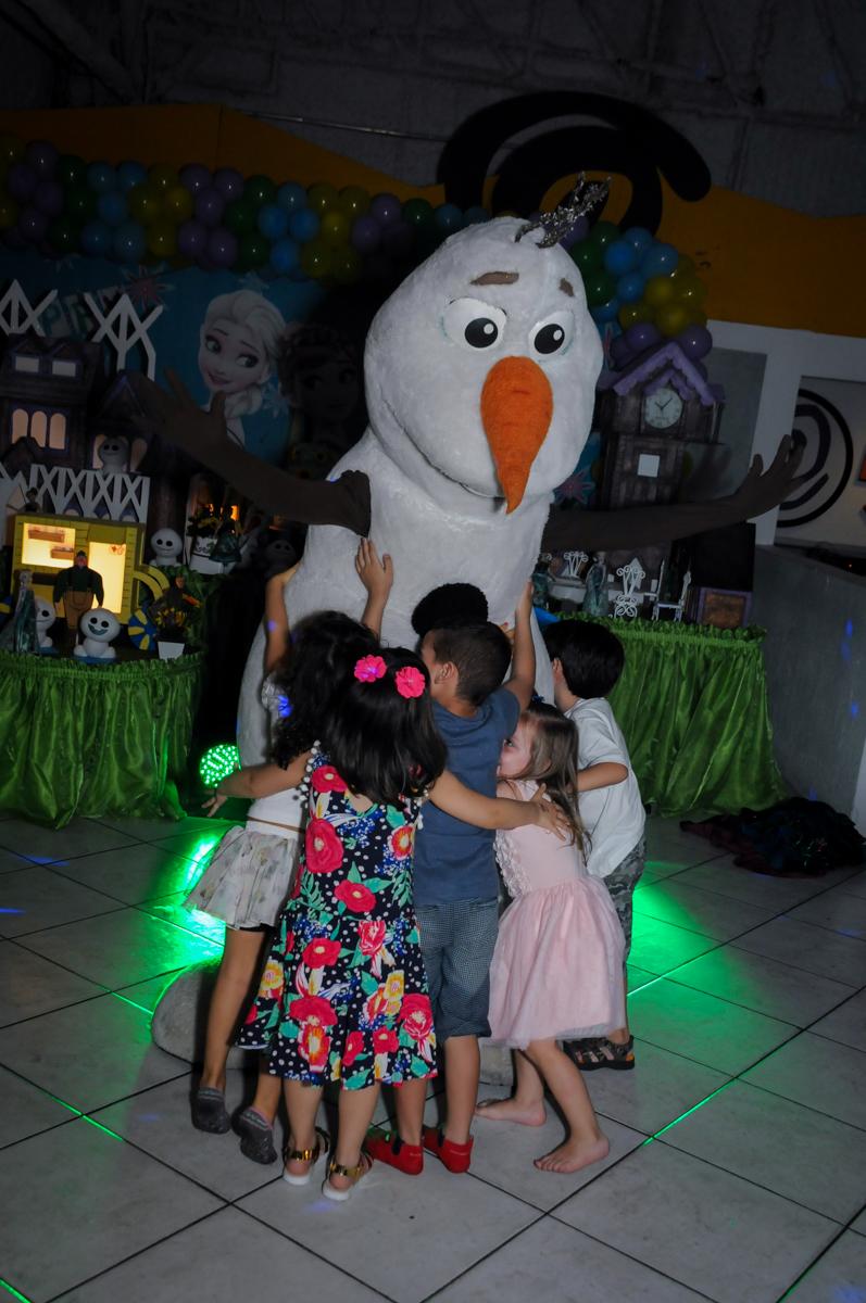 olavi recebe abraco quentinho das criancas no Buffet Fabrica da Alegria, Osaco, SP aniversario infantil, Natalia 4 anos, tema da festa Frozen