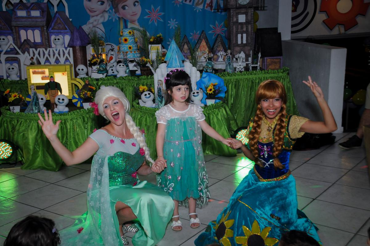 foto da aniversariante com a elsa e ana no Buffet Fabrica da Alegria, Osaco, SP aniversario infantil, Natalia 4 anos, tema da festa Frozen
