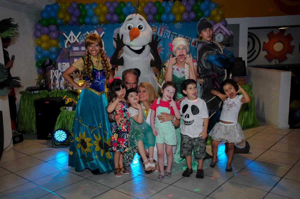 foto de toda a familia com a elsa e ana no Buffet Fabrica da Alegria, Osaco, SP aniversario infantil, Natalia 4 anos, tema da festa Frozen